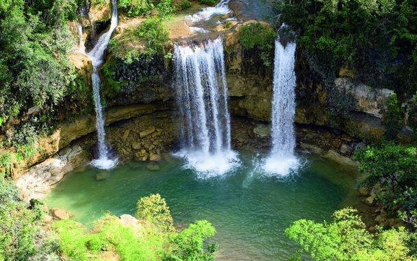 7038837-beautiful-waterfall-background